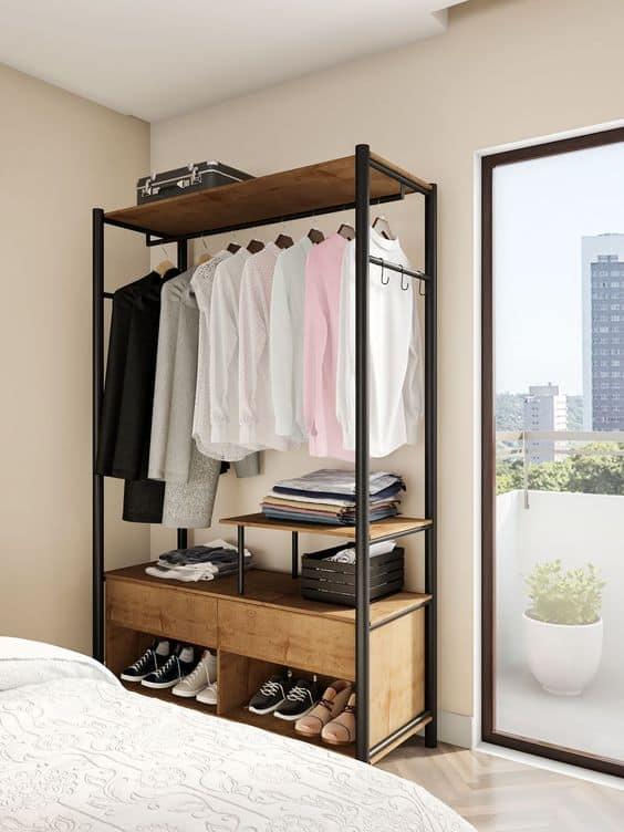 estante de metal como closet no quarto