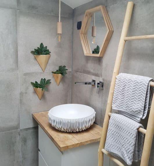 banheiro com toalheiro de escada decorativa