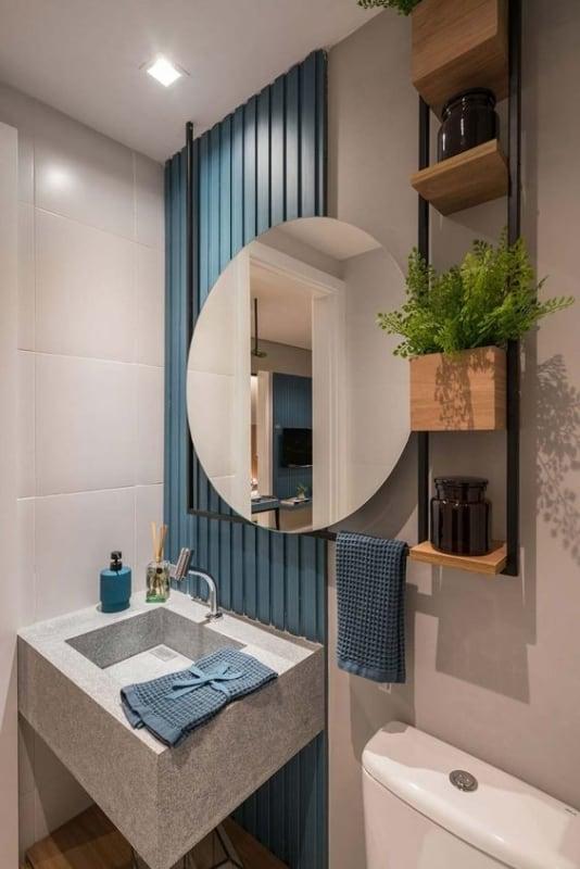 mini estante industrial em banheiro pequeno
