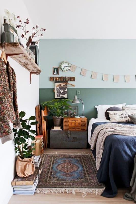 quarto com paredes pintadas em tons de verde