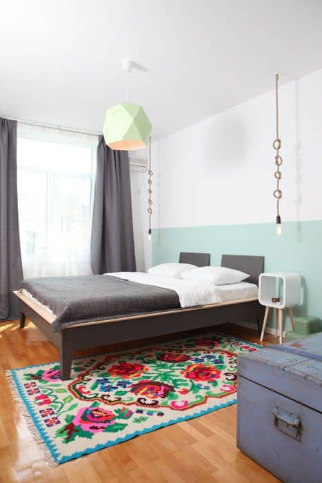 quarto com meia parede verde menta