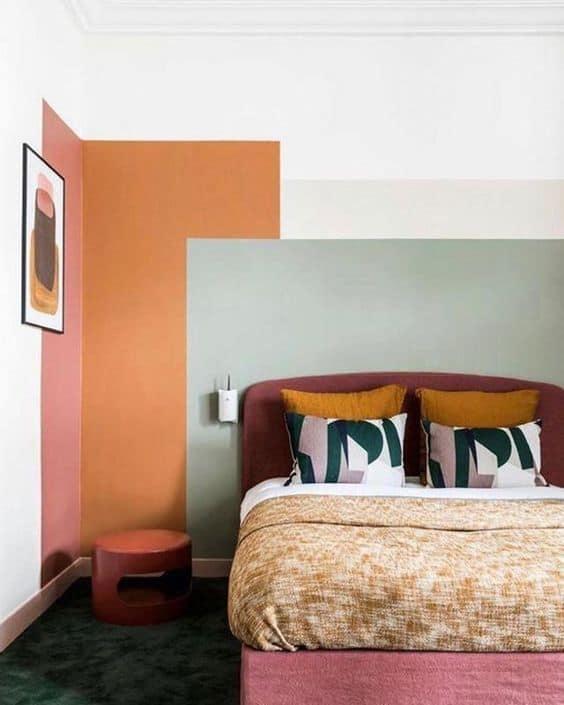 quarto com decoracao colorida e pintura verde menta na parede