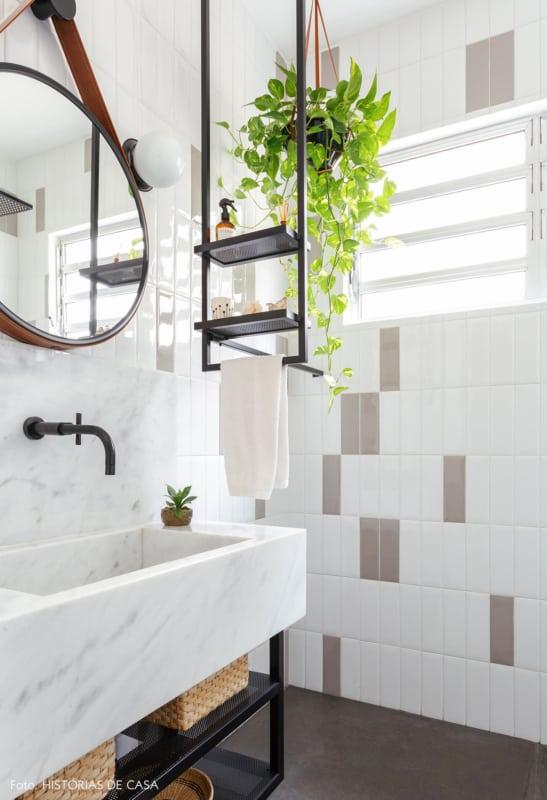 banheiro com estante industrial suspensa