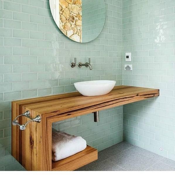 banheiro revestido com azulejo de metro verde menta