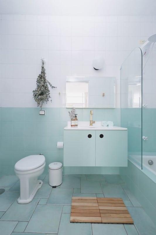 banheiro simples com azulejos pintados de verde menta