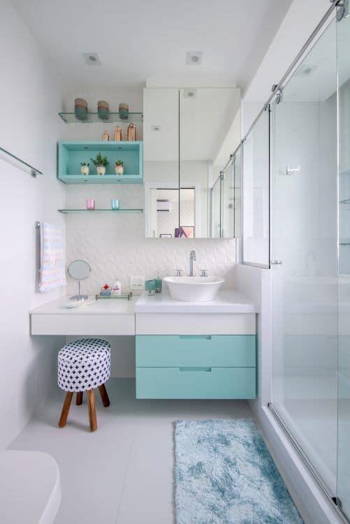 banheiro decorado em verde e branco