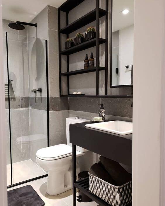 banheiro pequeno com estante industrial preta