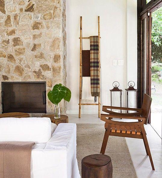 sala de estar decorada com escada decorativa de bambu