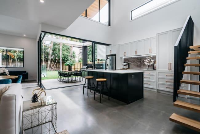 casa com ambientes integrados e piso de concreto polido