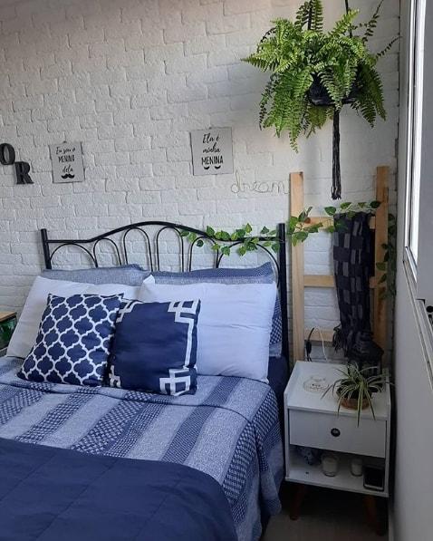 quarto de casal com escada decorativa de madeira pinus