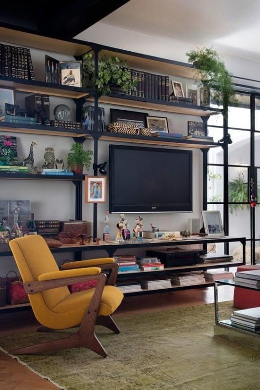 sala com TV na parede e estante industrial