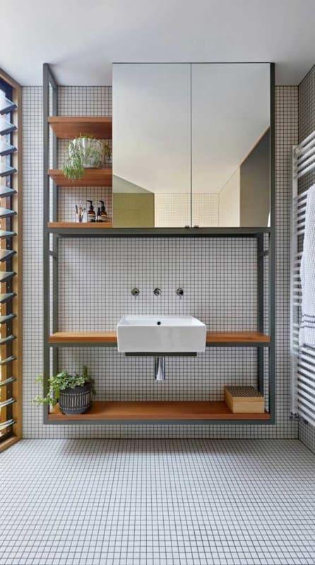 banheiro com estante industrial planejada