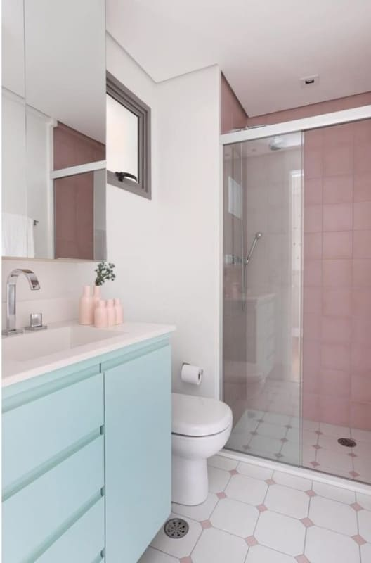 banheiro simples decorado em verde menta e rosa claro