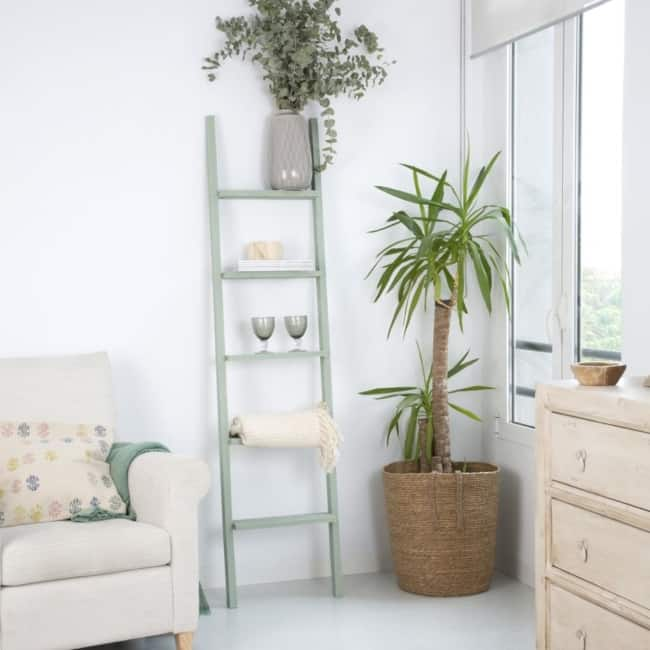 sala com escada decorativa colorida