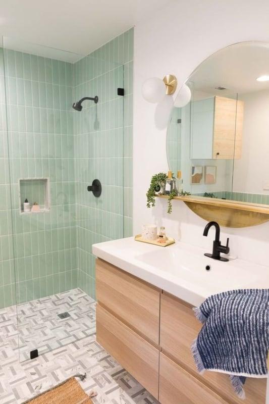 banheiro com azulejo verde menta na area do box