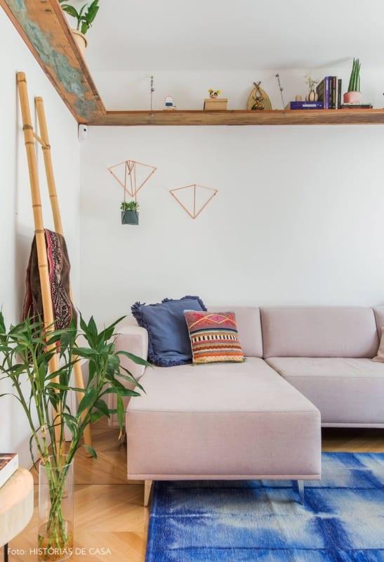 sala com escada de bambu encostada na parede