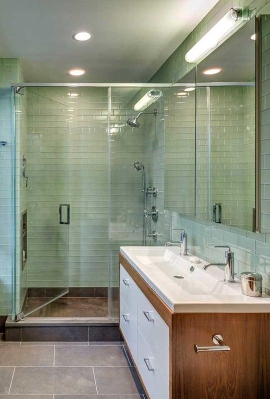 banheiro com azulejo de metro verde menta