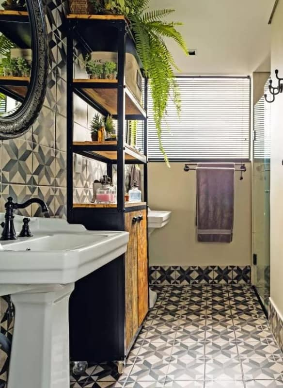 banheiro vintage com estante industrial