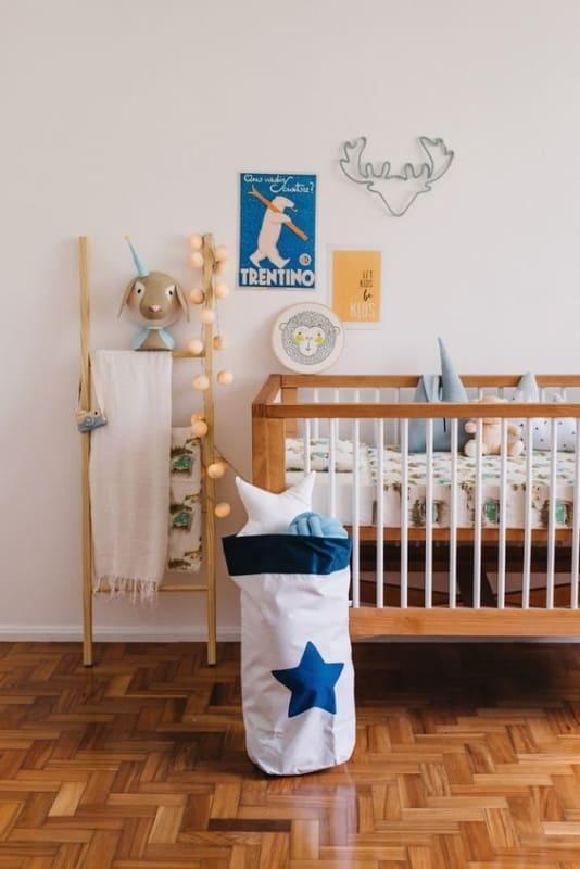 quarto de bebe com escada decorativa de madeira