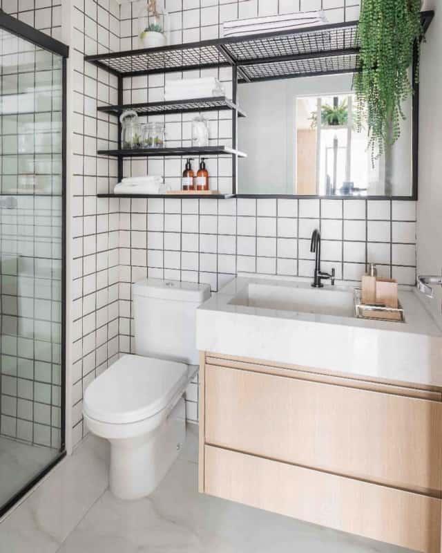 estante de ferro preto no banheiro