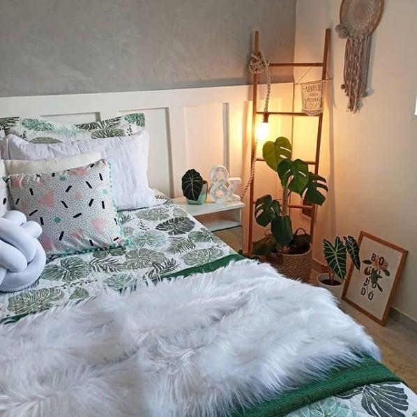 quarto com escada decorativa de madeira e luminaria
