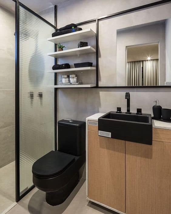 banheiro com vaso sanitario preto e estante industrial