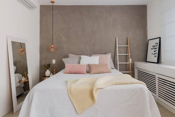 quarto de casal com decoracao moderna e escada decorativa