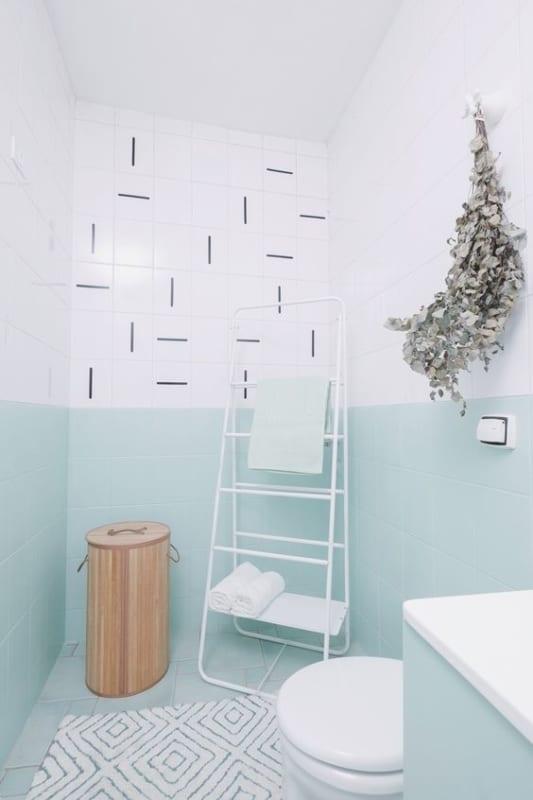 decoracao de banheiro com meia parede em verde menta