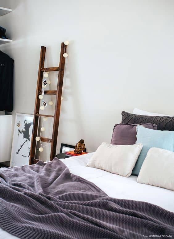 quarto decorado com escada decorativa de madeira