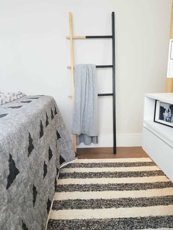quarto com escada decorativa em madeira e com pintura preta