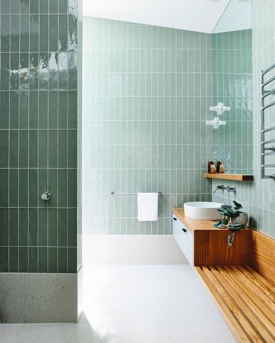 banheiro com revestimento verde menta nas paredes