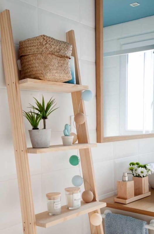 escada decorativa como estante em banheiro
