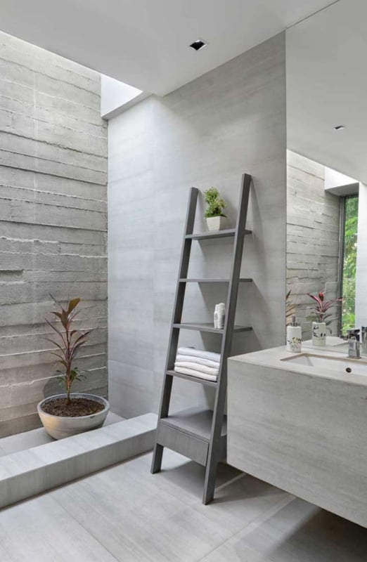 escada estante de MDF na decoracao do banheiro