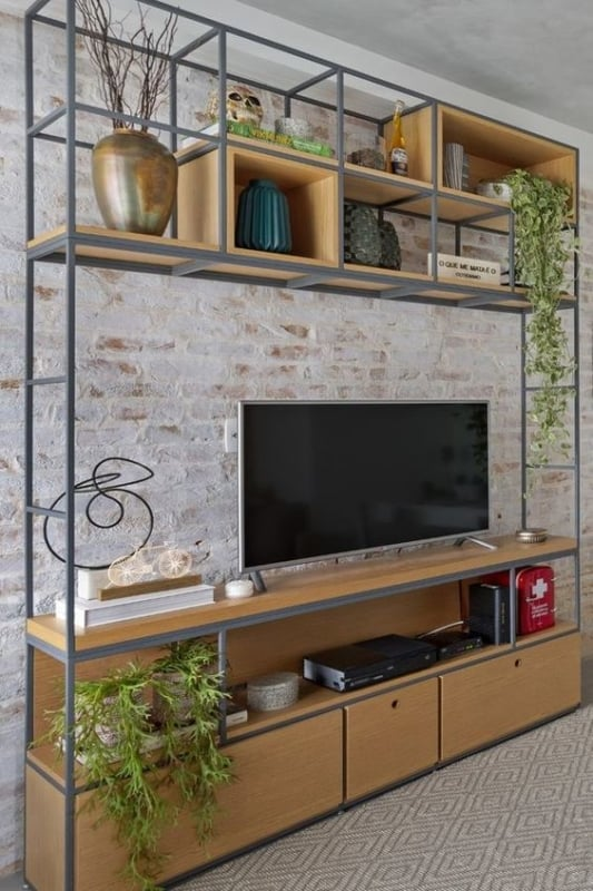 estante industrial com tv na sala