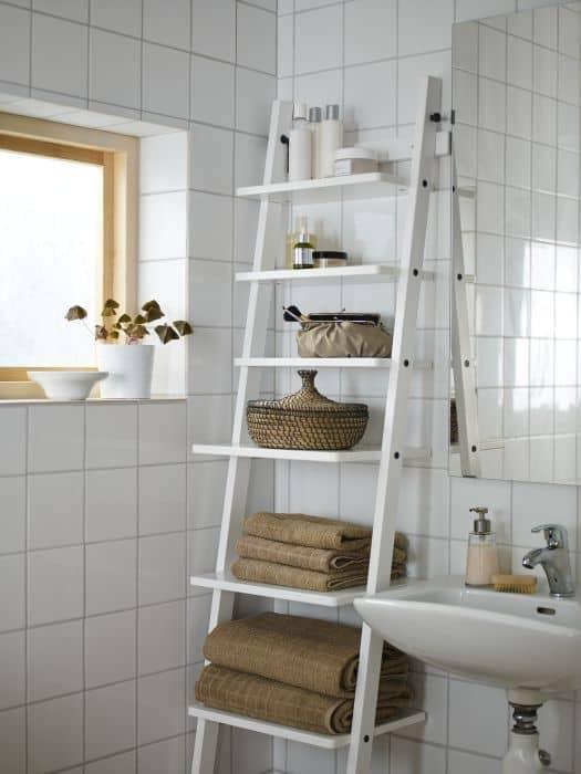 banheiro com escada estante de MDF branco