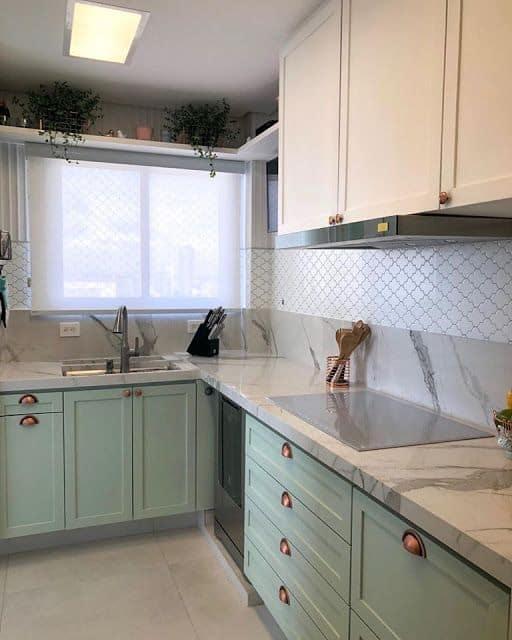 9 cozinha moderna com armarios planejados em verde menta