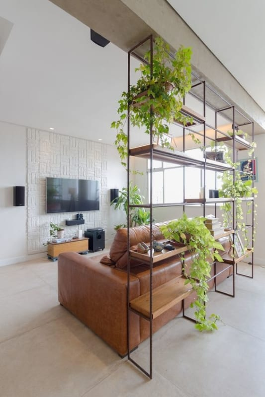 sala com estante industrial como divisoria de ambientes