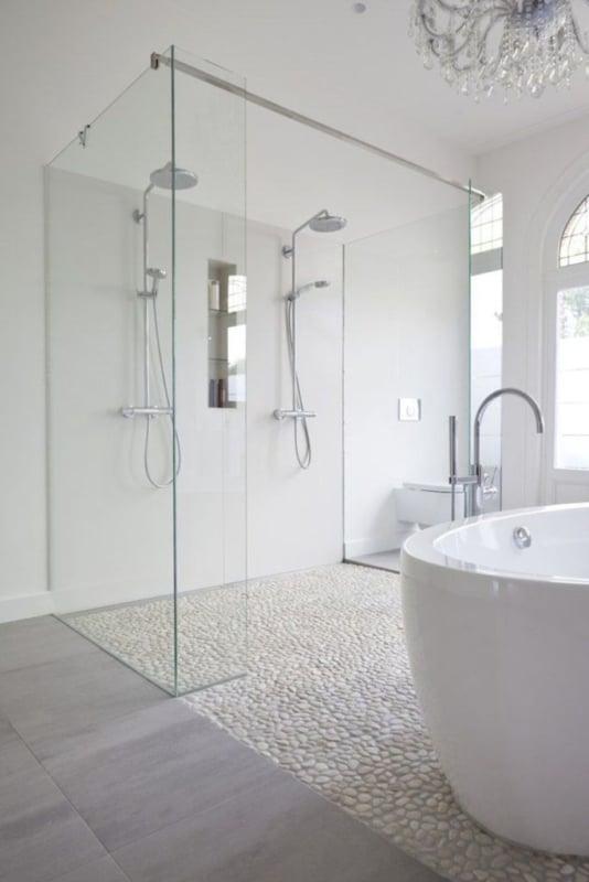 banheiro com piso de pedras na area do box