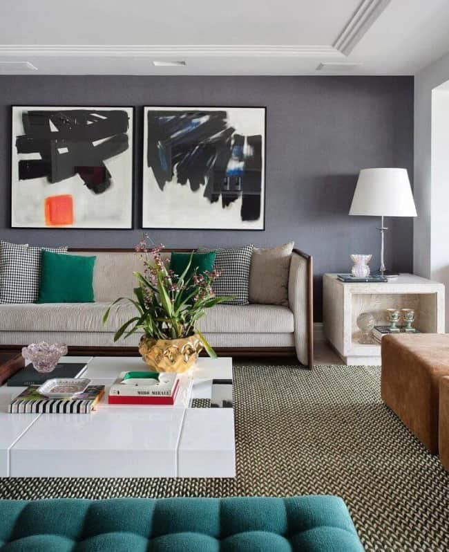 sala de estar com parede cinza