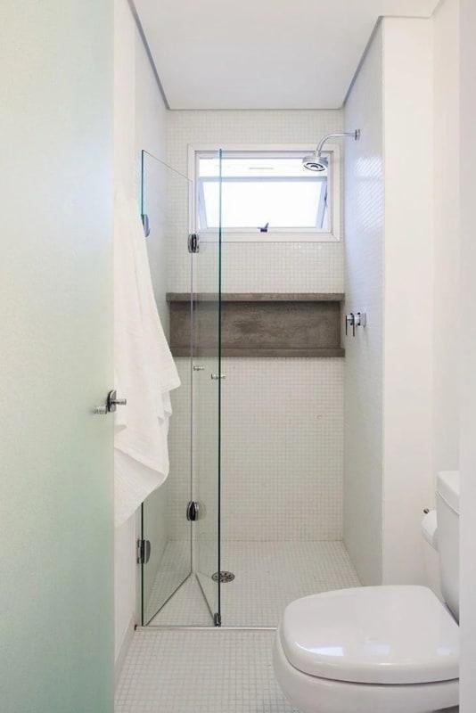 banheiro com piso de pastilhas brancas antiderrapante