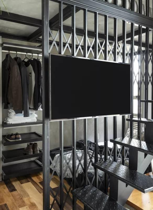 porta pantografica como divisoria em decoracao industrial
