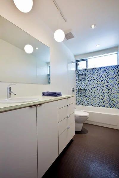 banheiro com banheira e piso antiderrapante emborrachado
