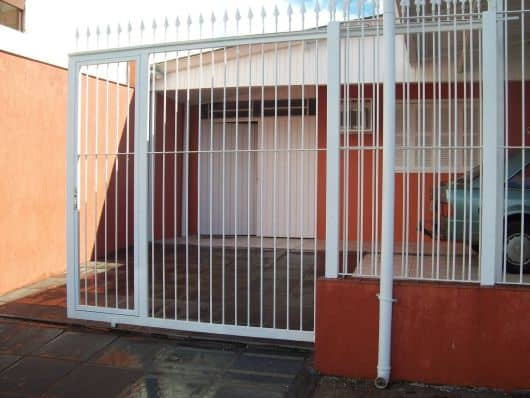 fachada de casa simples com portao de correr aberto