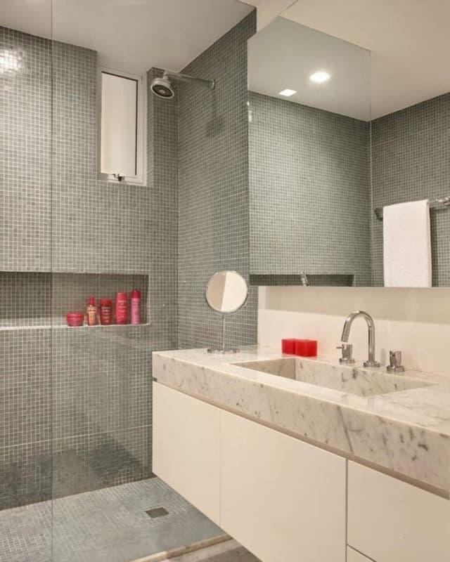 banheiro com pastilhas cinza no piso