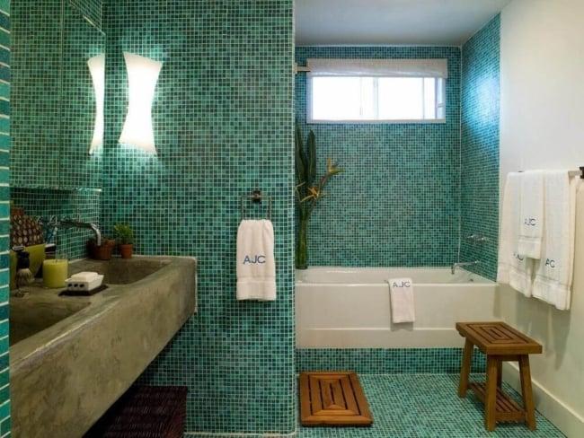 banheiro com banheira e pastilhas no piso