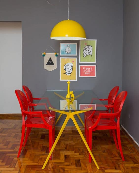 sala de jantar moderna com parede cinza e decoracao colorida