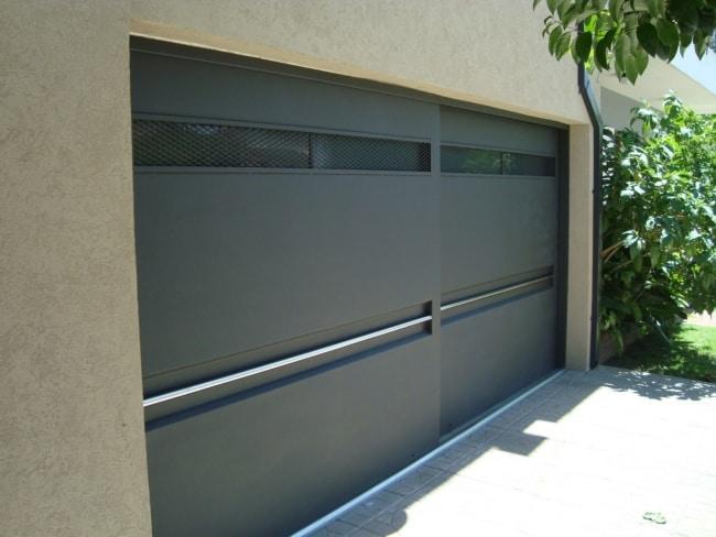 fachada de casa com portao fechado duplo de correr
