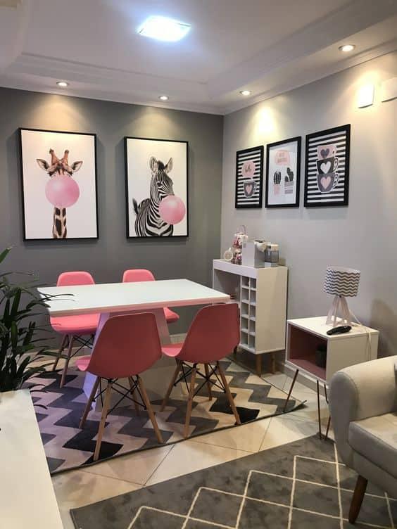 sala de jantar pequena com paredes em tons de cinza