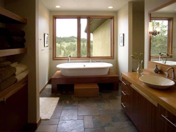 banheiro com banheira e piso de pedra antiderrapante