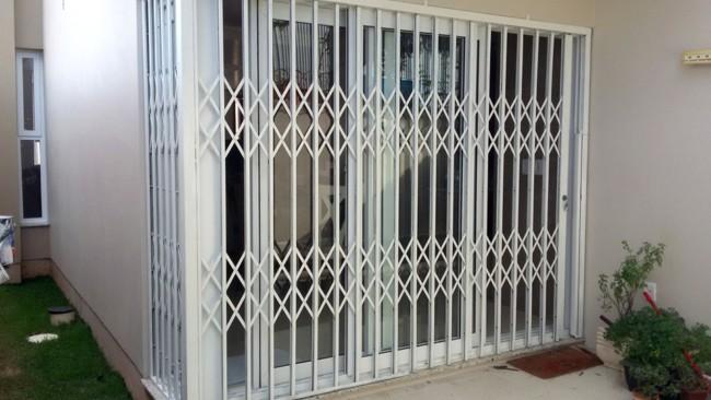 porta externa com grade pantografica